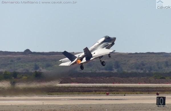 "Miramar16Malfitano 47 F35 10Kfeet remaining 600x389 - Saiba como foi o Miramar Air Show 2016, a ""Fightertown"" pelas lentes do Cavok"