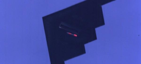 Um bombardeiro furtivo B-2 Spirit lança uma bomba nuclear de testes B61 na área de Tonopah. (Foto: NNSA)