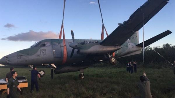 A aeronave foi removida do local no final da tarde e levada para o hangar do 5° ETA, onde serão avaliados os danos.