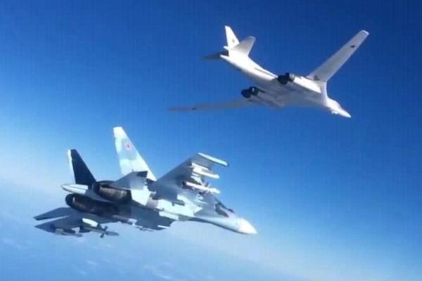 Uma aeronave de caça da Força Aérea russa escoltando uma outra aeronave, chegou muito próxima de um caça norte americano sobre a Síria. Na foto ilustrativa acima, um Su-30SM acompanha em voo um Tu-160 durante missão na Síria.