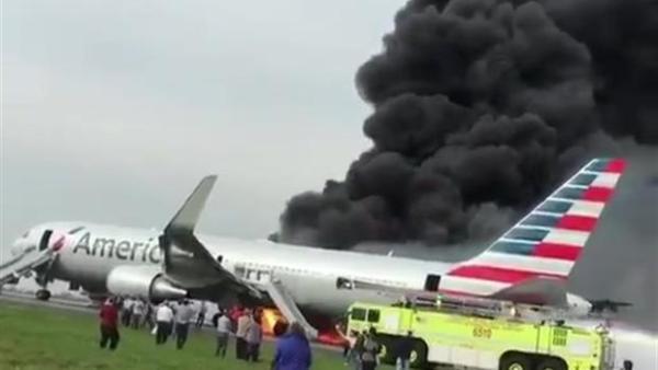 Um Boeing 767 da American Airlines pegou fogo momentos antes de decolar de Chicago para Miami.