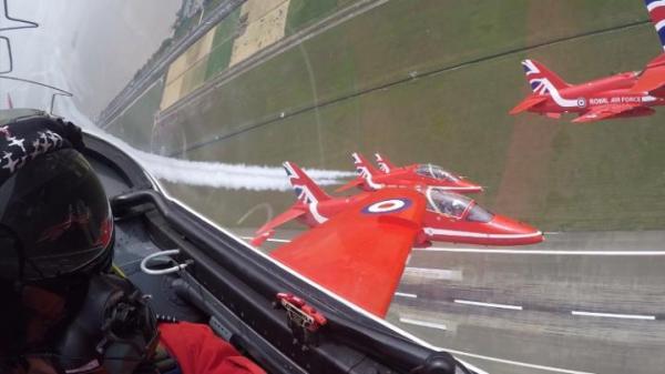 Os jatos Hawk dos Red Arrows fizeram a primeira apresentação da história da equipe britânica na China.