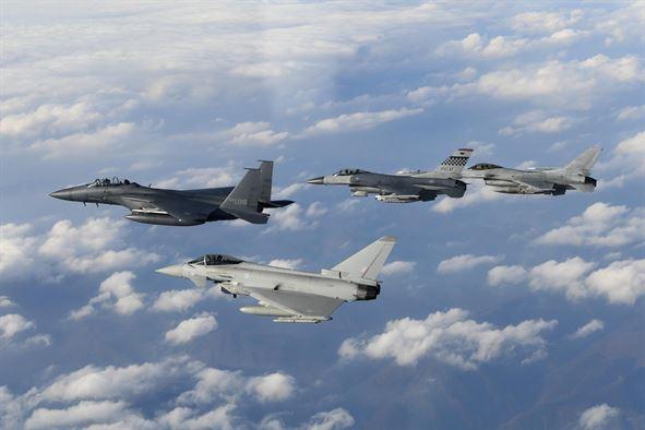 Caças F-15K, F-16C, e Typhoon voando em formação. Foto: Força Aérea Sul Coreana