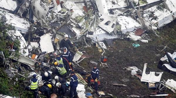 Equipes de resgate tentando achar mais vidas do trágico acidente. (Foto: Fredy Builes / Reuters)