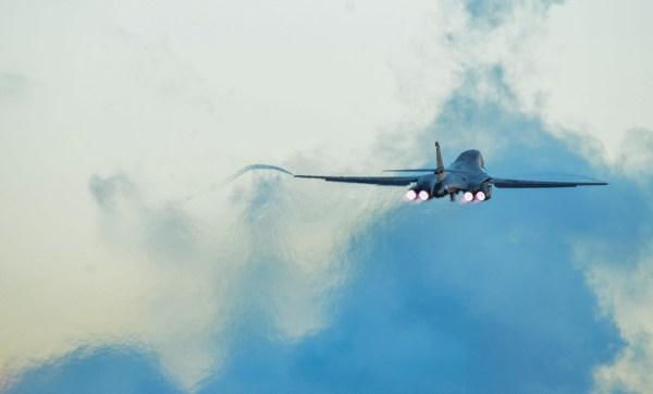 B-1B decolando em pós-combustor da Base Aérea de Guam. Foto: USAF/Senior Airman