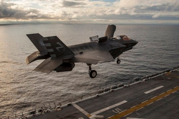 Os Fuzileiros Navais dos EUA iniciaram os testes do F-35B a bordo do navio de assalto anfíbio USS America. (U.S. Navy)