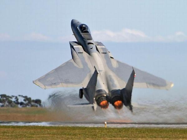 """F-15C fazendo a famosa """"decolagem america""""."""