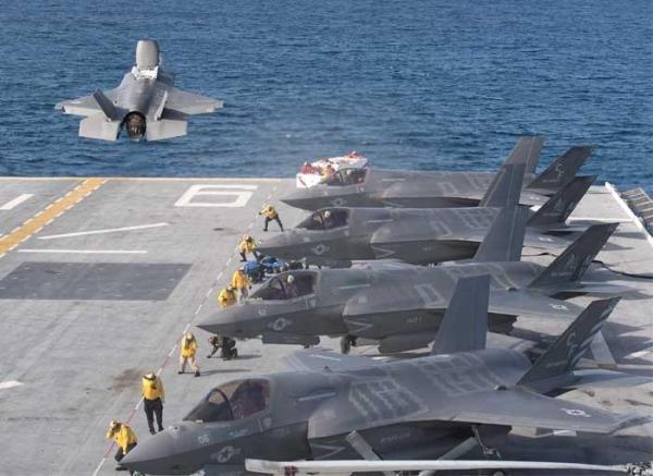 As cinco aeronaves F-35B a bordo do USS America para realização dos testes operacionais. (Foto: U.S. Navy)