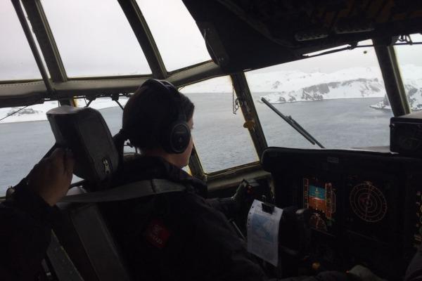 Vento forte, pouca visibilidade e muita neve fazem parte das missões na Antártica. (Foto: 1°/1° GT)