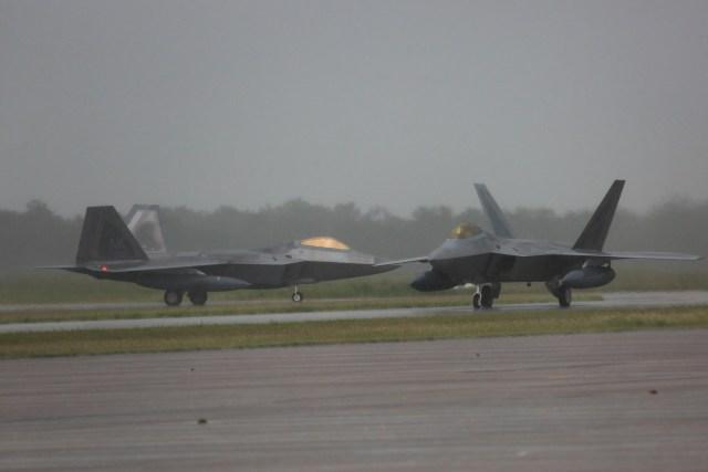 170210 F F3700 0004 - IMAGENS: Caças F-22 Raptor chegam à Austrália