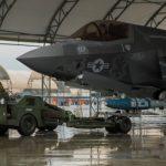 Fuzileiros Navais dos EUA realizam 'hot load' de bombas em caça F-35B