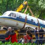 Protótipo do Bandeirante é removido para restauro no DCTA em São José dos Campos (SP)