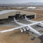 VÍDEO E IMAGENS: Aeronave Stratolaunch deixa o hangar pela primeira vez