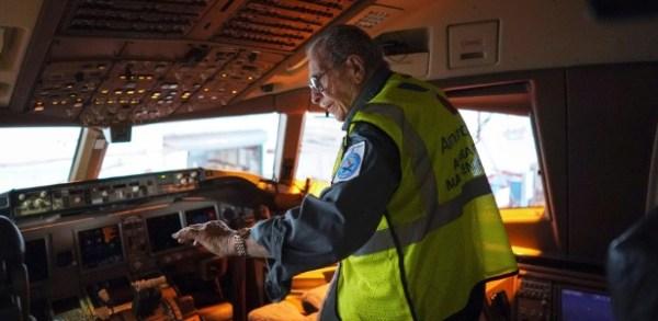 azriel blackman 1500398428033 615x300 600x293 - American Airlines dedica Boeing 777 a mecânico de 91 anos que completou 75 anos de serviços pela companhia