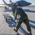 """IMAGENS: """"Hot Loads"""" com mísseis AIM-120 no caça F-35B"""