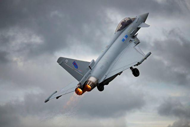 1024px RAF Eurofighter Typhoon 7544333000 - BAE Systems vai cortar 2.000 trabalhos conforme vendas do Typhoon travam