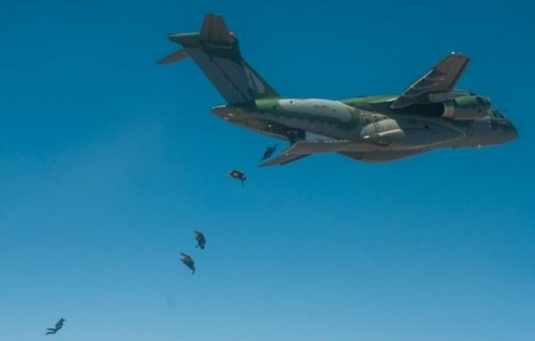 KC 390 paratrooper 600x383 - VÍDEO: Teste de lançamento de paraquedistas do Embraer KC-390