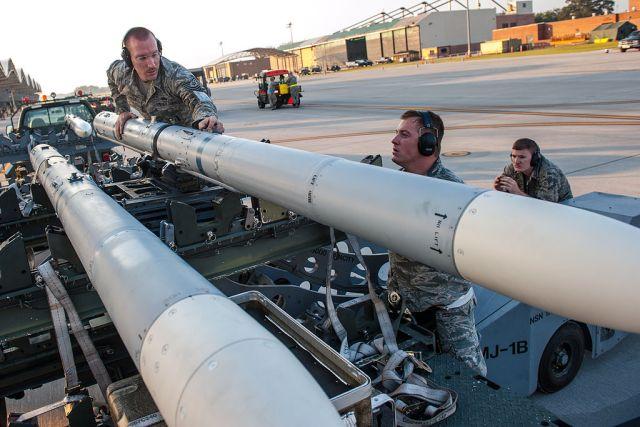 Sunrise Weapons Loading 130908 Z XH297 012 - Venda de 150 mísseis AIM-120C-7 para a Polônia é aprovada pelos EUA