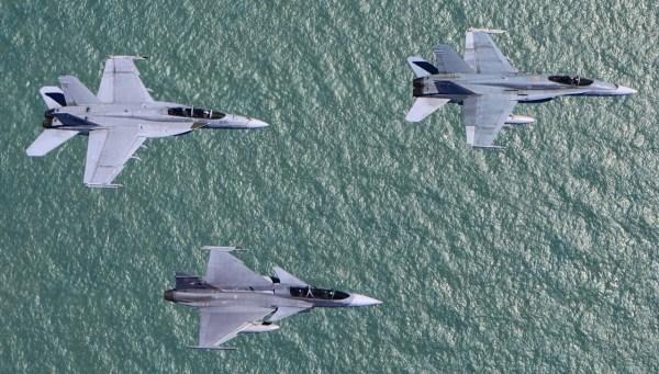 Pitch Black 2014 Hornet Super Hornet Mirage 2000 9 Gripen foto 3 MD Australia 600x341 - Acordo entre Boeing e Embraer poderá afetar programa do Gripen para FAB
