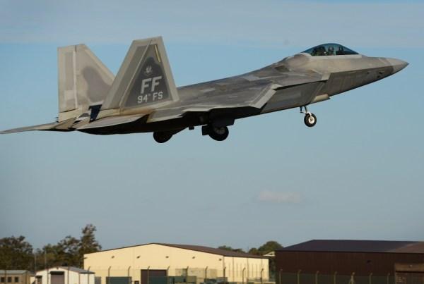 1000w q95 5 600x403 - IMAGENS: Super Hornets treinam combate aéreo dissimilar contra Raptors na Inglaterra