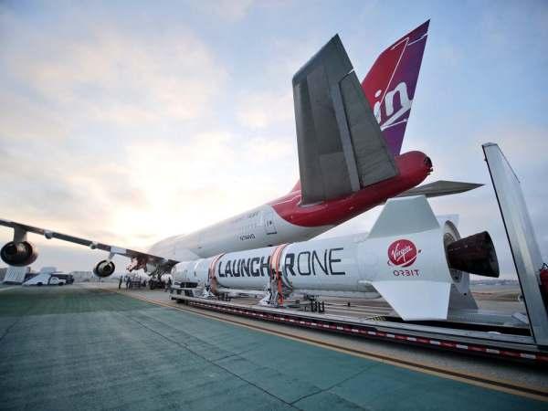 "virgin orbit launcher one 10 600x450 - IMAGENS: LauncherOne é fixado sob a asa do Boeing 747 ""Cosmic Girl"" da Virgin Orbit"
