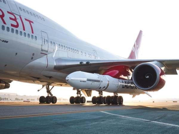 "virgin orbit launcher one 11 600x450 - IMAGENS: LauncherOne é fixado sob a asa do Boeing 747 ""Cosmic Girl"" da Virgin Orbit"