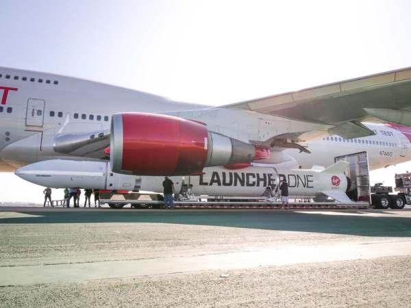 "virgin orbit launcher one 13 600x450 - IMAGENS: LauncherOne é fixado sob a asa do Boeing 747 ""Cosmic Girl"" da Virgin Orbit"