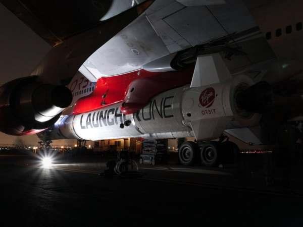 "virgin orbit launcher one 14 600x450 - IMAGENS: LauncherOne é fixado sob a asa do Boeing 747 ""Cosmic Girl"" da Virgin Orbit"