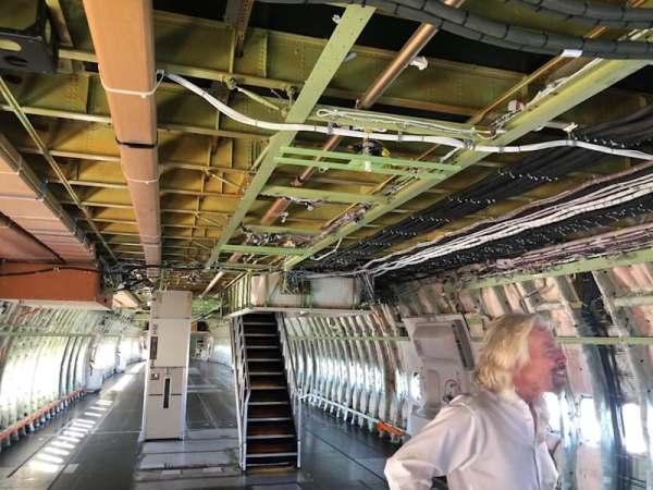 "virgin orbit launcher one 15 600x450 - IMAGENS: LauncherOne é fixado sob a asa do Boeing 747 ""Cosmic Girl"" da Virgin Orbit"