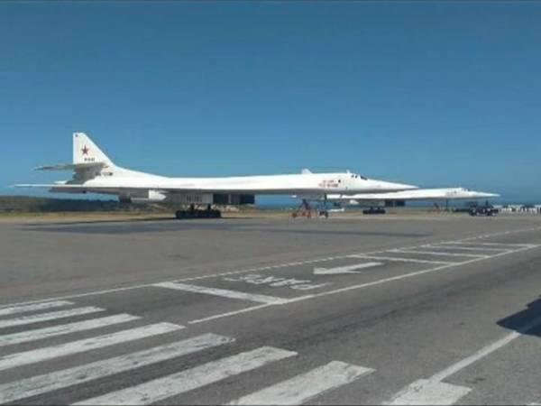 DuFF34VXgAAluyh 600x450 - IMAGENS: Bombardeiros russos Tu-160 chegam na Venezuela para manobras militares conjuntas