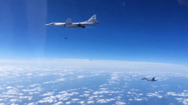 SU 30SM escortant un Tu 160 qui lance un missile de croisière 600x337 - RÚSSIA: Bombardeiro Tu-160 dispara 12 mísseis Kh-101 durante teste