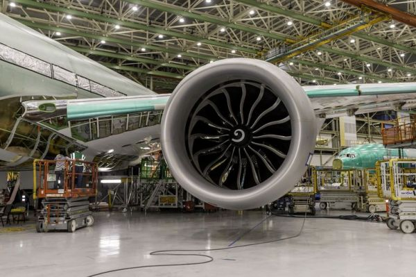 777x flight test engine install 2 443 1546622443 600x399 - Boeing instala o maior motor turbofan do mundo no seu novo 777X