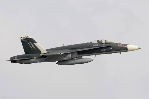 52123748 2631217753571409 2317920886746775552 n 600x400 - IMAGENS: Marinha dos EUA pinta F/A-18 Hornet simulando um Su-30 russo