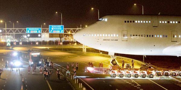 Corendon 1 660x330 600x300 - IMAGENS: Boeing 747-400 aposentado cruza estradas para virar atração em hotel na Holanda