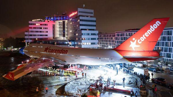 Corendon Village Hotel B747 landed 600x338 - IMAGENS: Boeing 747-400 aposentado cruza estradas para virar atração em hotel na Holanda