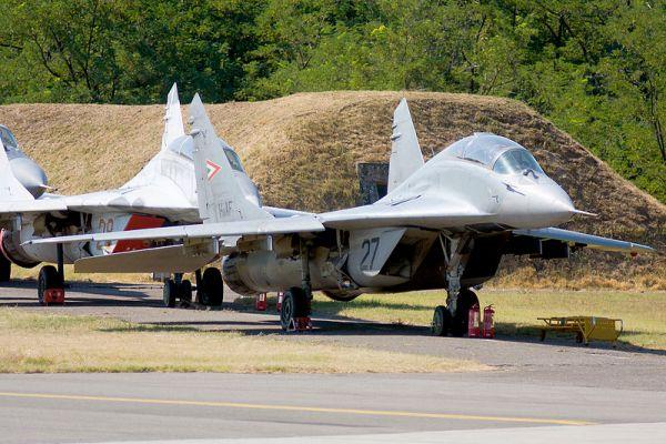 MiG 29 Hungary 20966429751 600x400 - Hungria coloca à venda 19 caças MiG-29