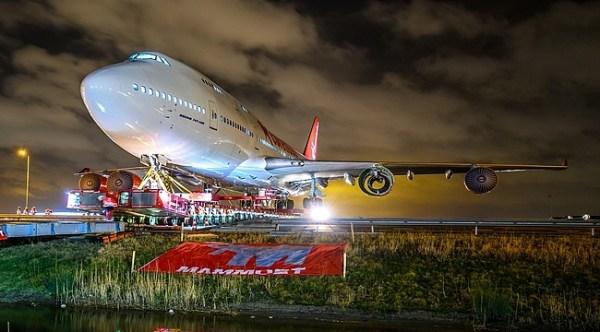 jumbo jet hotel corendon village hotel amsterdam 600x332 - IMAGENS: Boeing 747-400 aposentado cruza estradas para virar atração em hotel na Holanda