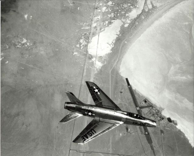 North American Aviation YF 100A Super Sabre - AERONAVES FAMOSAS: Feliz Aniversário, Super Sabre!