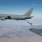 Aeronave KC-46 reabastece em voo o B-2 Spirit pela primeira vez