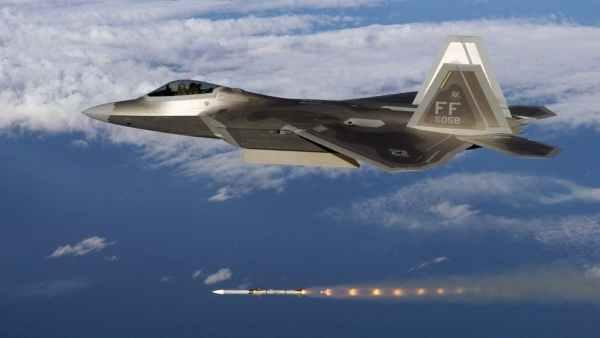 F 22 Raptor AMRAAM 600x338 - Lockheed Martin está desenvolvendo novo míssil ar-ar de longo alcance