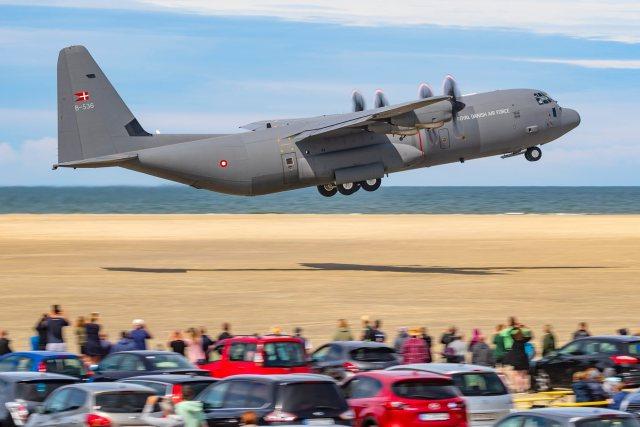 66503656 10158285824944796 3043658166635069440 o - IMAGENS: Aeronaves C-130 Hercules realizam pousos e decolagens em praia na Dinamarca