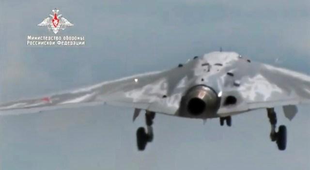 """Su70 10 1 - VÍDEO: Primeiro voo do drone de combate stealth russo """"Hunter"""""""