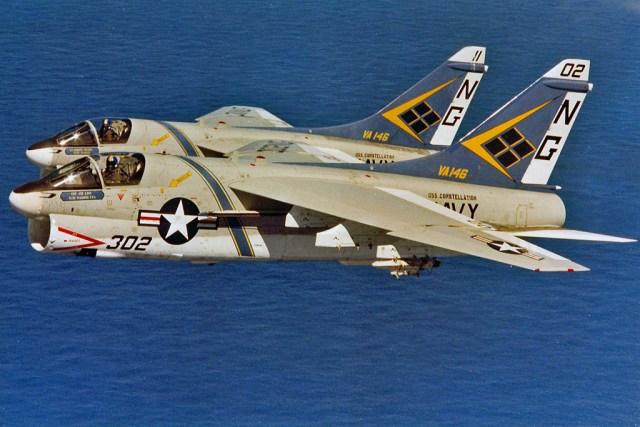 """VA 146 Corsair IIs 650x434 - Vought A-7 Corsair II, um Herói """"esquecido"""""""