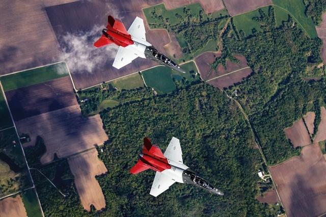 EEncEdNWsAMH ln - VÍDEO: Jato T-7A Red Hawk voando baixo e em alta velocidade