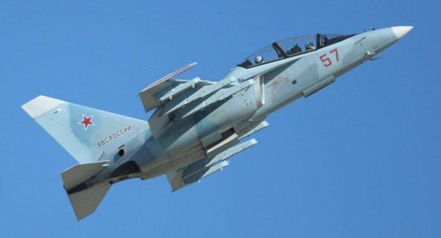 1018428960 - DUBAI AIRSHOW: Treinador a jato Yak-130 faz sua estreia pública em show aéreo no Oriente Médio