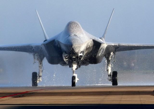 """F 009 taxiing in after landing - Após """"batismo de espuma"""", primeiro F-35A holandês ficará fora de voo por três semanas"""