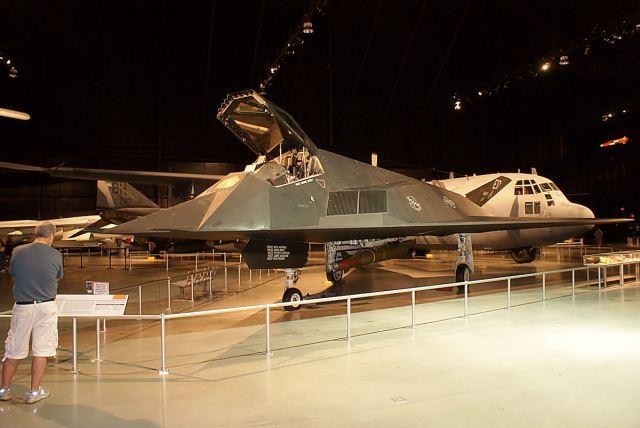 Lockheed F 117A Nighthawk 79 10781 LSideFront Cold War NMUSAF 26Sep09 14598221184 - Jato furtivo F-117 Nighthawk ficará exposto em biblioteca presidencial nos EUA