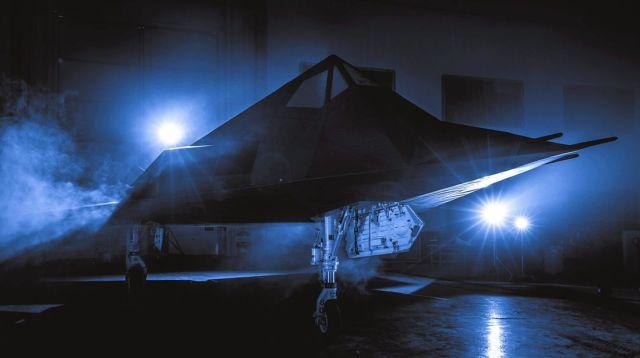 """image fotoshowBigWide 8481ab53 1644941 - """"Nighthawk Landing"""": Revelado processo de preparação do F-117 que será exposto em biblioteca presidencial"""