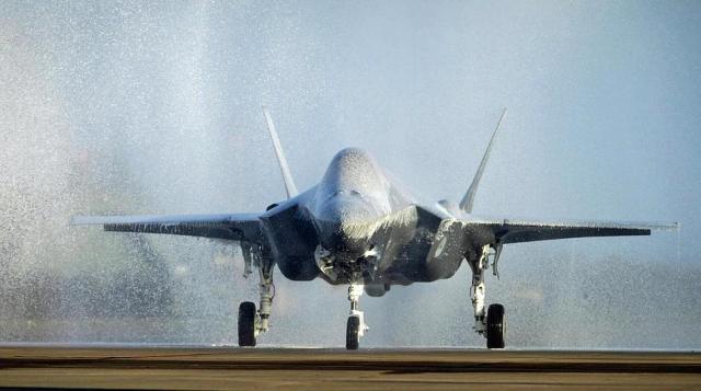 """rnlaf f 35 foam party - Após """"batismo de espuma"""", primeiro F-35A holandês ficará fora de voo por três semanas"""