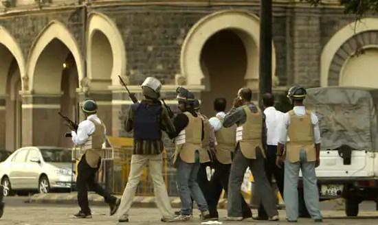 Вооруженный персонал службы безопасности около гостиницы Taj Mahal в Mumbai
